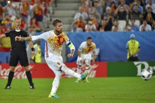 Spaniens Sergio Ramos verschießt den Elfer gegen Kroatiens. / AFP PHOTO / LOIC VENANCE