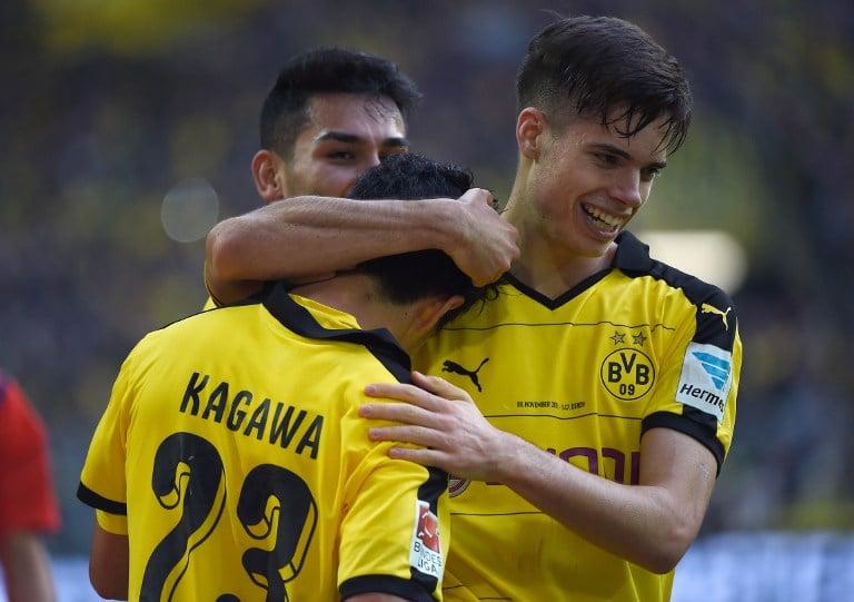 Shinji Kagawa (L) zählt wohl zu den bekanntesten japanischen Fussballern aller Zeiten. Der Spielmacher von Borussia Dortmund ist auch in der Nationalmannschaft nicht wegzudenken. AFP PHOTO / PATRIK STOLLARZ