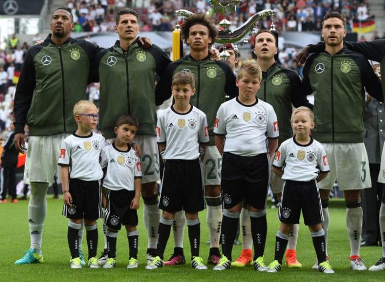 Public Viewing: Deutsche Nationalhymne * Text zum Ausdrucken