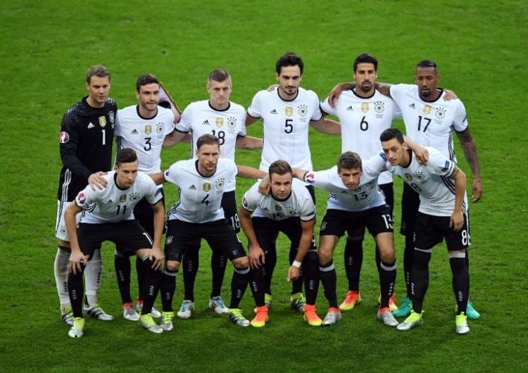 The Germany team (Top Row L-R) Germany's goalkeeper Manuel Neuer, Germany's defender Jonas Hector, Germany's midfielder Toni Kroos, Germany's defender Mats Hummels, Germany's midfielder Sami Khedira, Germany's defender Jerome Boateng (Bottom Row L-R) Germany's midfielder Julian Draxler, Germany's defender Benedikt Hoewedes, Germany's forward Mario Goetze, Germany's midfielder Thomas Mueller, Germany's midfielder Mesut Oezil pose for a team picture ahead of the start of the Euro 2016 group C football match between Germany and Poland at the Stade de France stadium in Saint-Denis near Paris on June 16, 2016. / AFP PHOTO / FRANCISCO LEONG