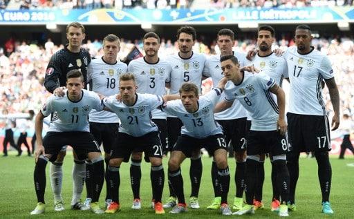 Deutschlands Startaufstellung heute gegen die Slowakei. / AFP PHOTO / PATRIK STOLLARZ
