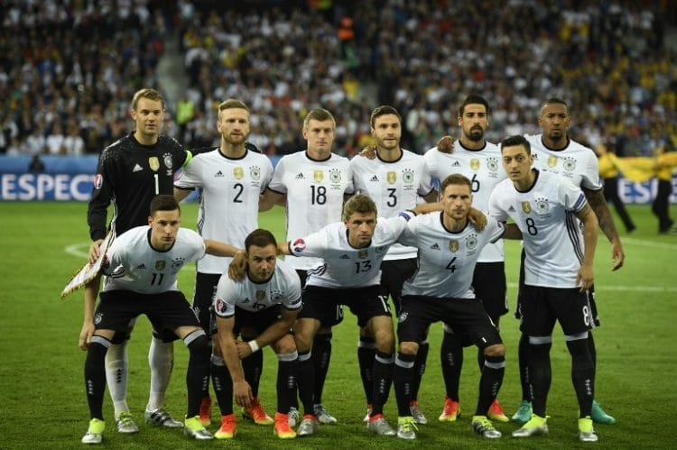 Germany's squad (back L-R) goalkeeper Manuel Neuer, defender Shkodran Mustafi, midfielder Toni Kroos, defender Jonas Hector, midfielder Sami Khedira, defender Jerome Boateng, (L-R) midfielder Julian Draxler, forward Mario Goetze, midfielder Thomas Mueller, defender Benedikt Hoewedes and midfielder Mesut Oezil pose for a group picture ahead of the Euro 2016 group C football match between Germany and Ukraine at the Stade Pierre Mauroy in Villeneuve-d'Ascq near Lille on June 12, 2016. / AFP PHOTO / MARTIN BUREAU
