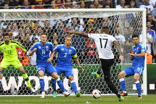 Jerome Boateng erzielt das 2:0 gegen die Slowakei. / AFP PHOTO / Joe KLAMAR
