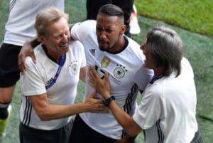 Jerome Boateng bejubelt sein 1:0 gegen die Slowakei und dankt Dr. Müller-Wohlfahrt, die ihn die Woche fit machte. / AFP PHOTO / DENIS CHARLET