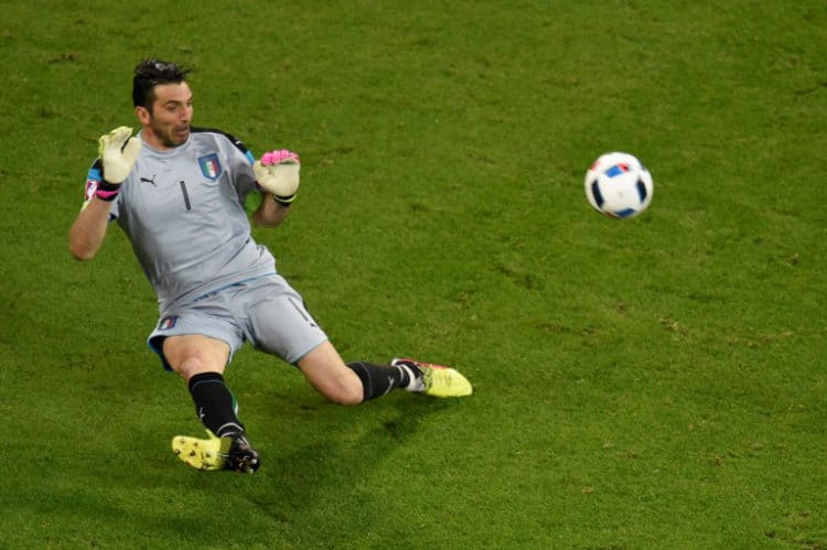 Italiens Torwart Gianluigi Buffon rettet einmal mehr für sein Team. / AFP PHOTO / JEAN-PHILIPPE KSIAZEK
