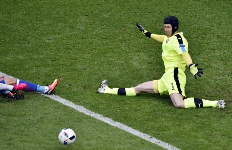Petr Cech, der Tschechische Torwart / AFP PHOTO / JEAN-PHILIPPE KSIAZEK