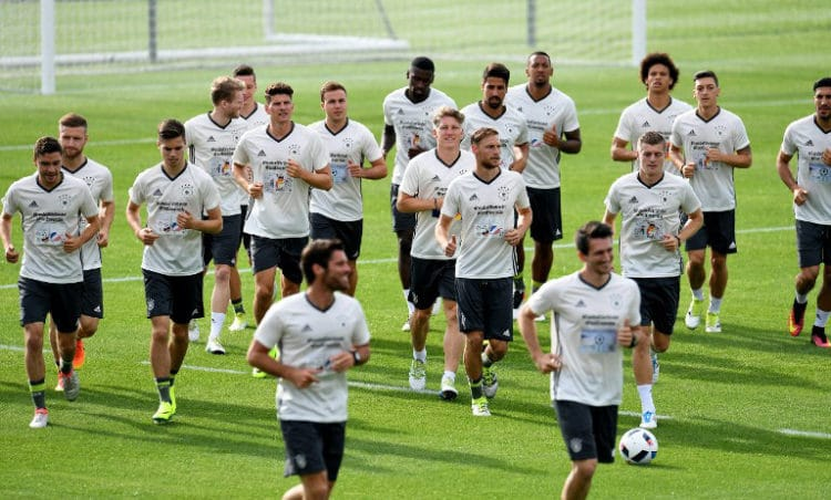 Die deutsche Fußballnationalmannschaft im EM-Quartier in Evian-les-Bains. / AFP PHOTO / PATRIK STOLLARZ