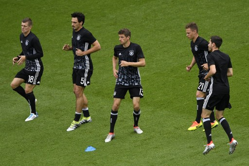 (L-R) Germany's midfielder Toni Kroos, Germany's defender Mats Hummels, Germany's midfielder Thomas Mueller, Germany's midfielder Joshua Kimmich and Germany's defender Jonas Hector warm up prior to the Euro 2016 group C football match between Northern Ireland and Germany at the Parc des Princes stadium in Paris on June 21, 2016. / AFP PHOTO / MARTIN BUREAU