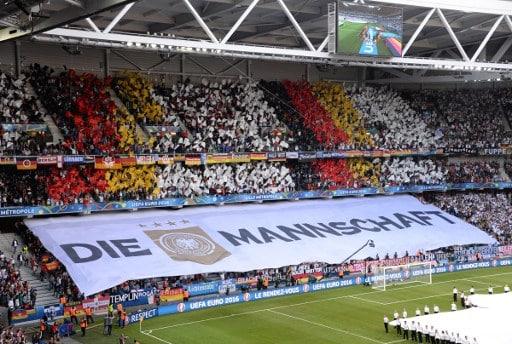 Die deutschen Fans mit ihrer Fanchoreographie im Pierre-Mauroy stadium in Villeneuve-d'Ascq bei Lille  / AFP PHOTO / DENIS CHARLET