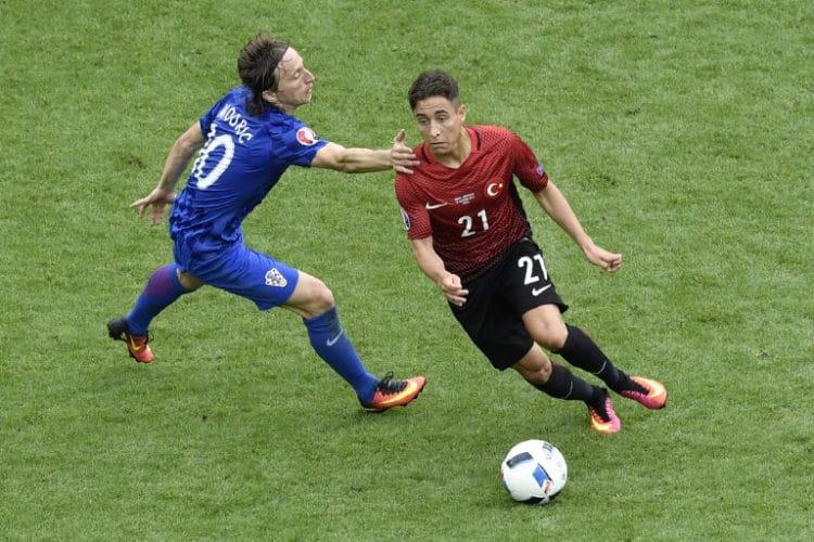 Kroatiens Luka Modric (L) im Kampf um den Ball mit dem Türken Emre More / AFP PHOTO / PHILIPPE LOPEZ