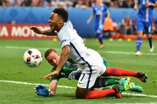 Islands Torwart Hannes Thor Halldorsson foult Englands Raheem Sterling - Es gibt Elfmeter! BERTRAND LANGLOIS / AFP