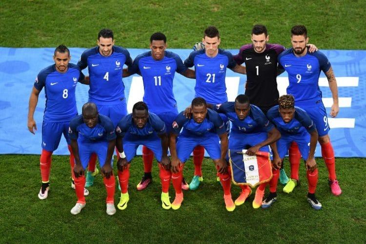 Die französische Startaufstellung: / AFP PHOTO / ANNE-CHRISTINE POUJOULAT