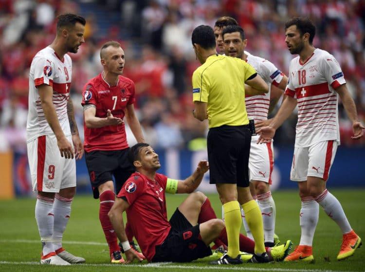 Albaniens Cana bekommt die Gelb-Rote / AFP PHOTO / MARTIN BUREAU