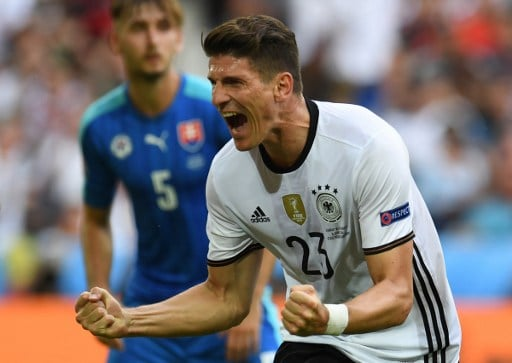 Mario Gomez erzielt sein 2.Tor beid er Em 2016 und sein 5.Tor bei einer Fußball-Europameisterschaft./ AFP PHOTO / PATRIK STOLLARZ