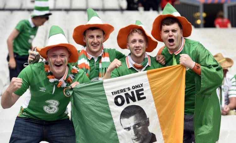 Irische Fußballfans vor dem Stade de France stadium in Saint-Denis bei Paris am 13.Juni 2016 vor dem Gruppenspiel gegen die Schweden. / AFP PHOTO / MIGUEL MEDINA
