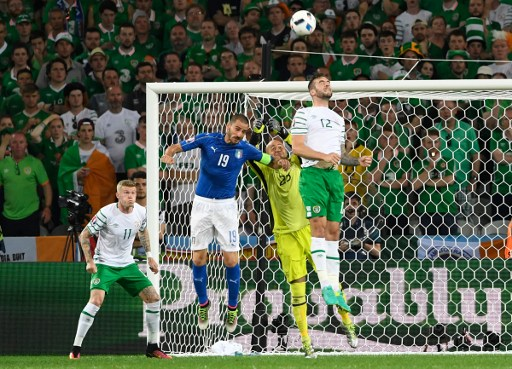 Italy's defender Leonardo Bonucci (2nd L) vies for the ball with Ireland's midfielder James McClean (L), Ireland's defender Shane Duffy (R) and Ireland's goalkeeper Darren Randolph (2nd R) during the Euro 2016 group E football match between Italy and Ireland at the Pierre-Mauroy stadium in Villeneuve-d'Ascq, near Lille, on June 22, 2016. / AFP PHOTO / MIGUEL MEDINA