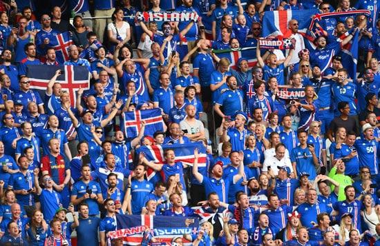Die isländischen Fans feiern ihre Mannschaft! Wird Island noch ein Spiel bei dieser EM spielen? / AFP PHOTO / ANNE-CHRISTINE POUJOULAT