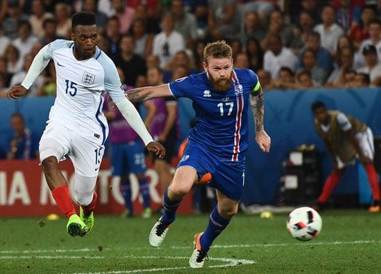 Islands Aron Gunnarsson (R) und England's Daniel Sturridge im Kampf ums EM-Viertelfinale. ANNE-CHRISTINE POUJOULAT / AFP