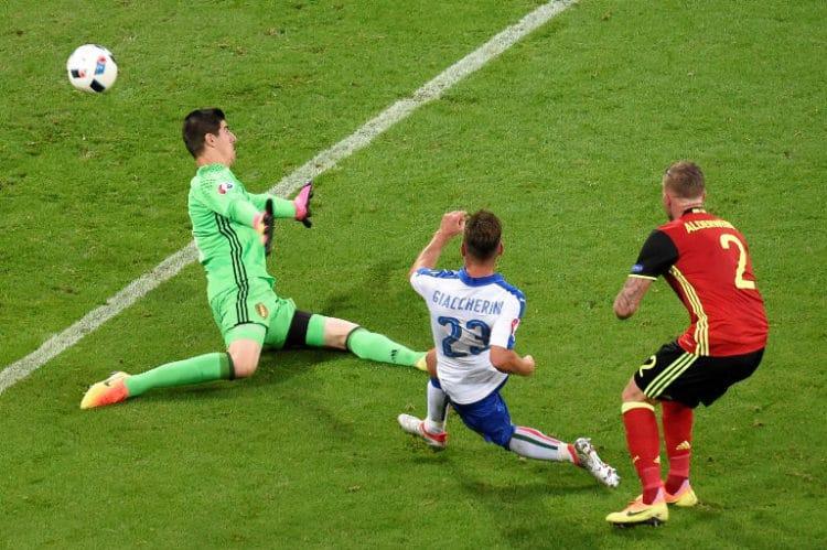 Italiens Emanuele Giaccherini zum 1:0 - Thibaut Courtois kann nicht reagieren! / AFP PHOTO / JEAN-PHILIPPE KSIAZEK