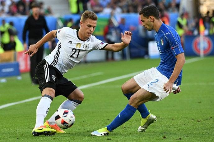 Joshua Kimmich (L)im Zweikampf mit Italiens Mattia De Sciglio beim EM-2016 Viertelfinale. / AFP PHOTO / VINCENZO PINTO