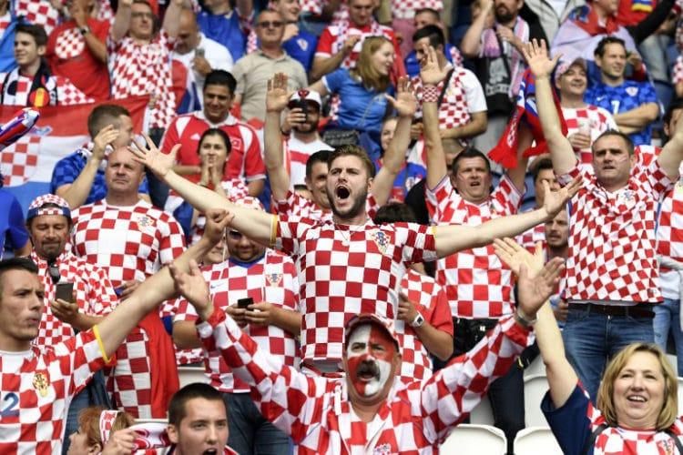 Kroatische  Fans im Parc des Princes in Paris am 12.Juni 2016 beim EM-Vorrundenspiel Türkei gegen Kroatien. / AFP PHOTO / BULENT KILIC
