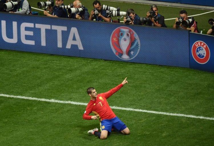 Spaniens Alvaro Morata feiert das 1:0 gegen die Türkei! / AFP PHOTO / BERTRAND LANGLOIS