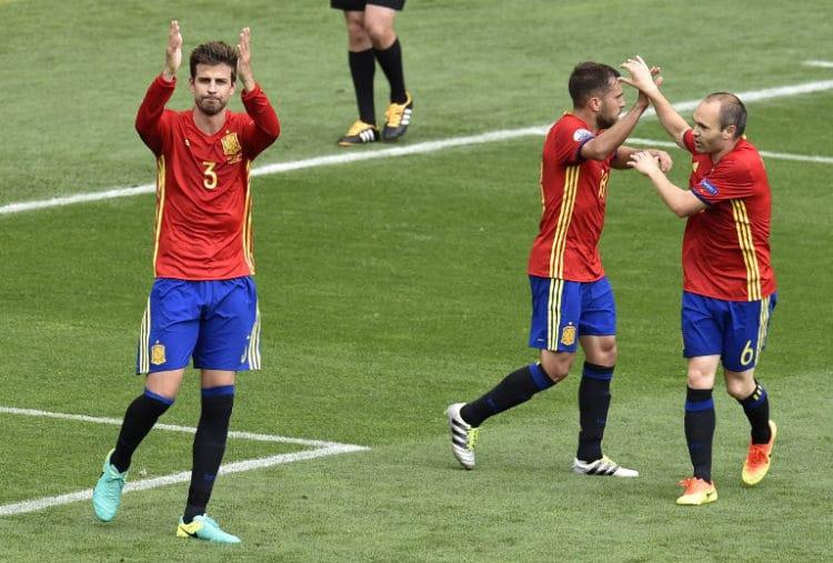 Spaniens Gerard Pique (L) erlöst Spanien mit einem späten Tor gegen Tschechien. / AFP PHOTO / Pascal PAVANI