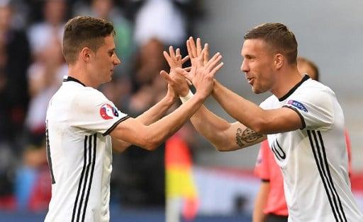 Lukas Podolski kommt für Julian Draxler / AFP PHOTO / PATRIK STOLLARZ