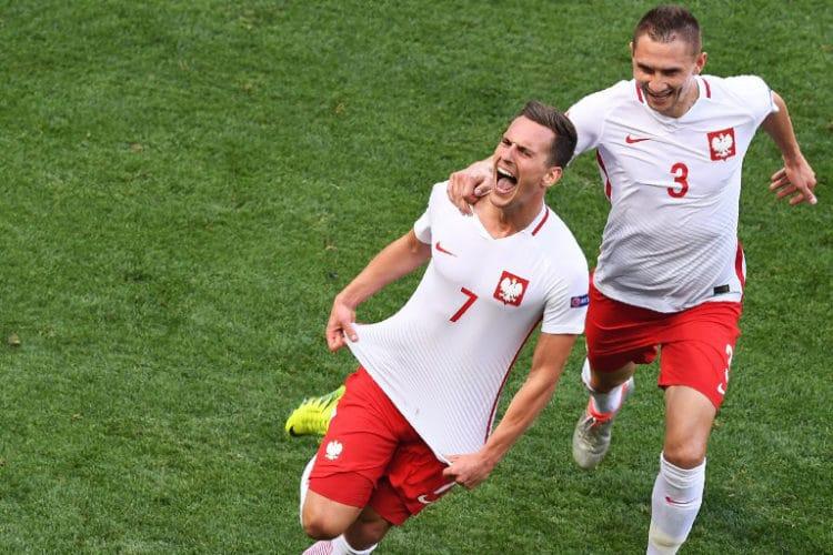 Polens Arkadiusz Milik (C) freut sich über das 1:0. / AFP PHOTO / BORIS HORVAT
