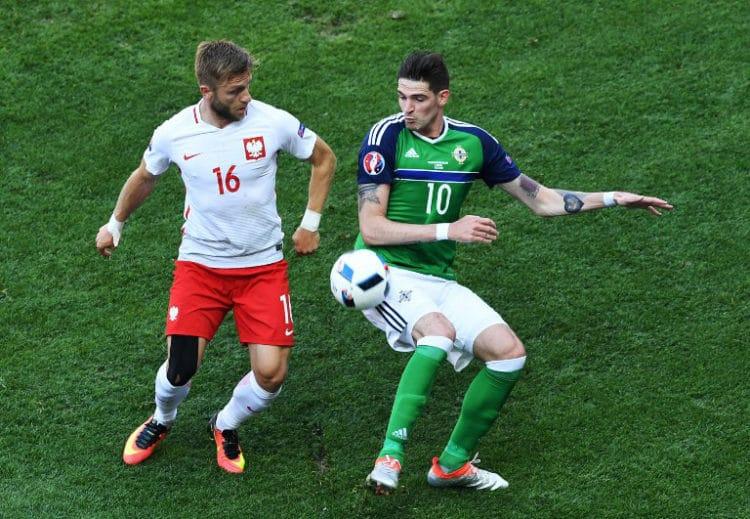Polens Jakub Blaszczykowski (L) und Nordirlands Stürmer Kyle Lafferty beim Vorrundenspiel im Stade de Nizza am 12.Juni 2016. / AFP PHOTO / BORIS HORVAT