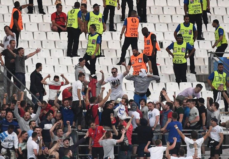 Russlands Hooligans stürmen bei der EM 2016 den englischen Block