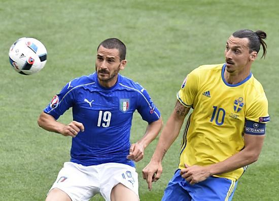 Schweden - Italien. Ibrahimovic ist hoch aktiv