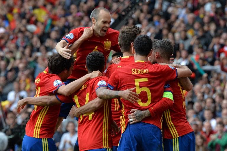 Spaniens Spieler jubeln, nachdem Gerard Pique gegen Tschechien getroffen hat. / AFP PHOTO / NICOLAS TUCAT