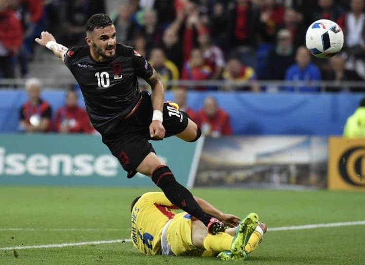 Albania's Stürmer Armando Sadiku (links) erzielt das 1:0 für Albanien. / AFP PHOTO / jeff pachoud