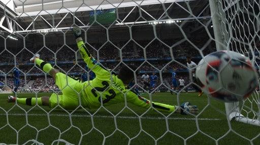 Der slowakische Torhüter Matus Kozacik hat keine Chance - Mario Gomez erzielt das 1:0 gegen Slowakei. / AFP PHOTO / PATRIK STOLLARZ