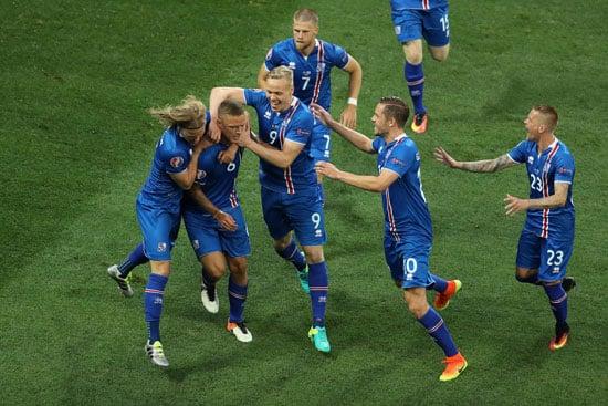 Islands Abwehrspieler Ragnar Sigurdsson erzielt das 2:1 für Island! / AFP PHOTO / Valery HACHE