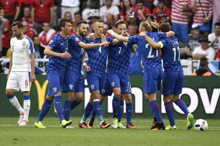 Kroatiens Ivan Perisic (C) erzielt das 1:0 gegen Tschechien im Vorrundenspiel im Geoffroy-Guichard stadium in Saint-Etienne am 17.Juni 2016. / AFP PHOTO / jeff pachoud