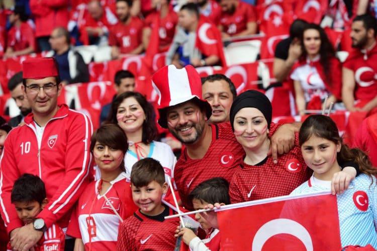 Türkische Fans im Parc des Princes in Paris am 12.Juni 2016 beim EM-Vorrundenspiel Türkei gegen Kroatien. / AFP PHOTO / BULENT KILIC