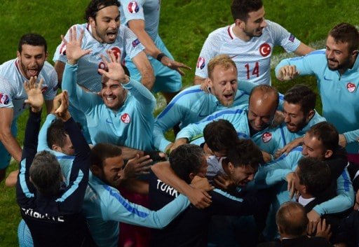 Turkey's midfielder Ozan Tufan (down 3rdR) celebrates with teammates after scoring a goal during the Euro 2016 group D football match between Czech Republic and Turkey at Bollaert-Delelis stadium in Lens on June 21, 2016. / AFP PHOTO / PHILIPPE HUGUEN