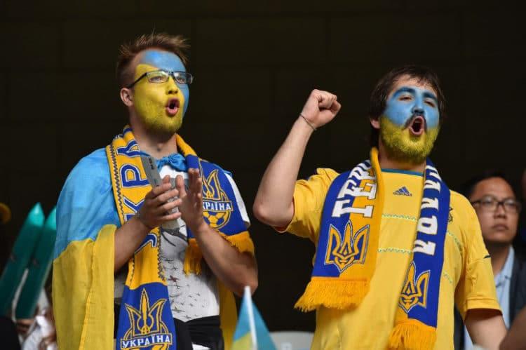 Ukrainische Fans vor dem Vorrundenspiel gegen Deutshcland im Stade Pierre Mauroy in Lille am 12.Juni 2016. / AFP PHOTO / PHILIPPE HUGUEN