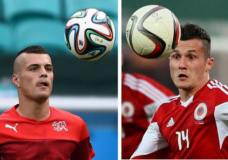 Das Schweiz-albanischer Brüderpaar: Granit Xhaka spielt für die Schweiz, Taulant Xhaka (R) für Albanien. / AFP PHOTO / Anne-Christine POUJOULAT AND GENT SHKULLAKU