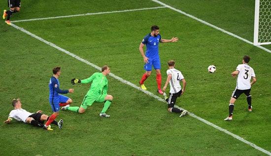 Antoine Griezmann erzielt das 2:0 - Manuel Neuer kann nur hinterher schauen. / AFP PHOTO / PASCAL GUYOT