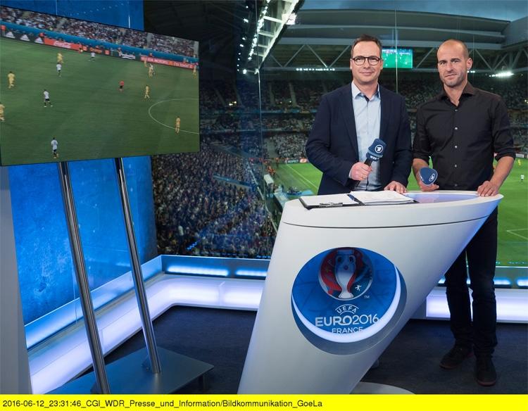 ARD Livestream *** Portugal gegen Wales heute Abend im TV anschauen - TV Übertragung: Matthias Opdenhövel (l.) und Mehmet Scholl (r.) melden sich heute wieder vor dem Halbfinalspiel zwischen Portugal und Wales in der Sportschau - Foto: ARD / WDR