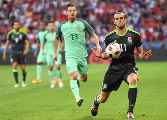 Wales' Stürmer Gareth Bale (R) kontrolliert den Ball und jat die ersten gefährlichen Torchancen. / AFP PHOTO / FRANCISCO LEONG