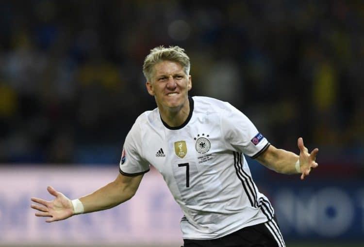 Bastian Schweinsteiger trifft zum 2:0 gegen die Ukraine am 12.Juni 2016 in der EM-Vorrunde nach Einwechselung in der 90.Spielminute. / AFP PHOTO / MARTIN BUREAU