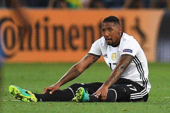 Jerome Boateng muss verletzt raus! Mustafi kommt für ihn! / AFP PHOTO / PATRIK STOLLARZ