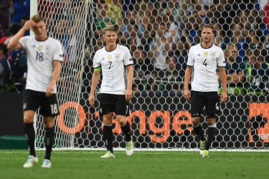 Toni Kroos, Bastian Schweinsteiger und Benedikt Hoewedes nach dem 0:2 im EM-Halbfinale im Stade Velodrome in Marseille on July 7, 2016. / AFP PHOTO / PATRIK STOLLARZ