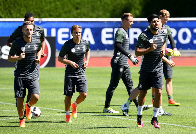 Skodran Mustafi , Mario Goetze und Emre Can im Training in Evian. / AFP PHOTO / PATRIK STOLLARZ
