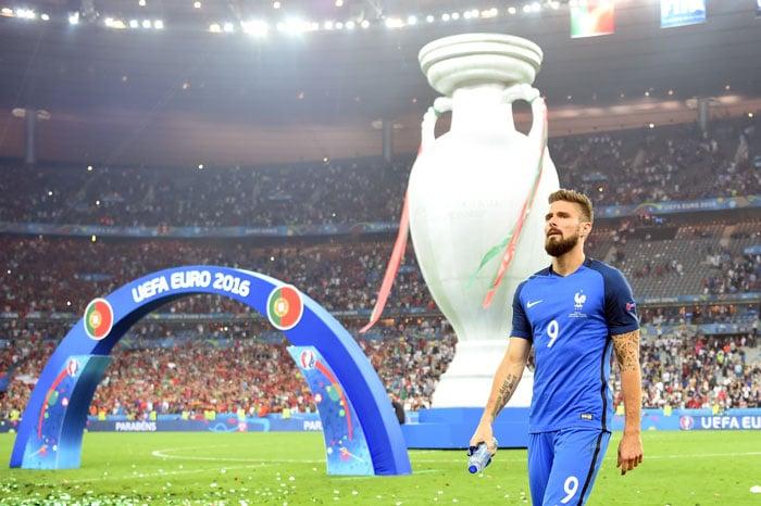Frankreichs Stürmer Olivier Giroud enttäuscht nach dem verlorenen EM-Finale im Stade de France in Saint-Denis, nördlich von Paris am 10.Juli 2016. / AFP PHOTO / PATRIK STOLLARZ