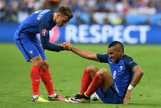 Antoine Griezmann (L) hilft Dimitri Payet auf die Beine. FRANCISCO LEONG / AFP